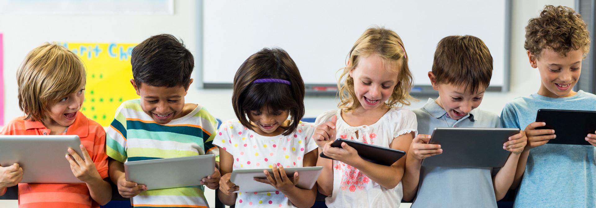 Kinder lernen am Tablet